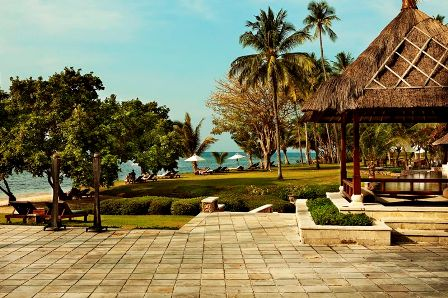 The Oberoi Lombok main lawn and bar area.
