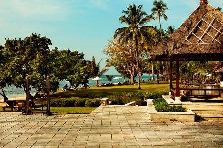 The Oberoi Lombok main lawn and bar area.