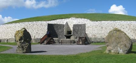 Newgrange tumulus entrance.