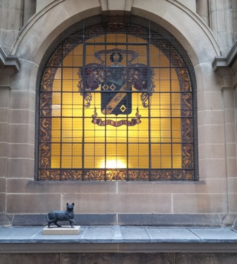 Statue of Trim, Matthew Flinders' cat in one of Library of NSW's windows.