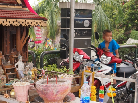 Kanchanaburi bridge shops and child
