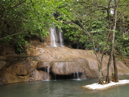 Soi Yak Noi waterfall and pool
