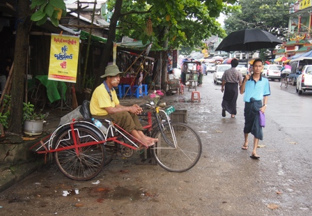 Cyclo driver waiting near Shwe Dagon market