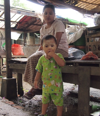 Dalah market, child with mother