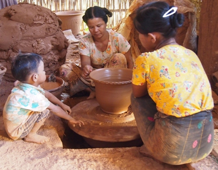 Potters at Nwe Nyein village