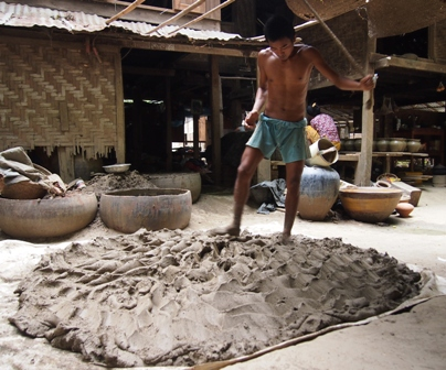 Preparing clay at Yandobo village