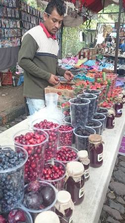 Fresh berries at the weekly tianguas