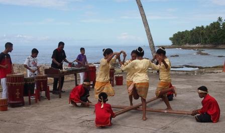 Reka dancers